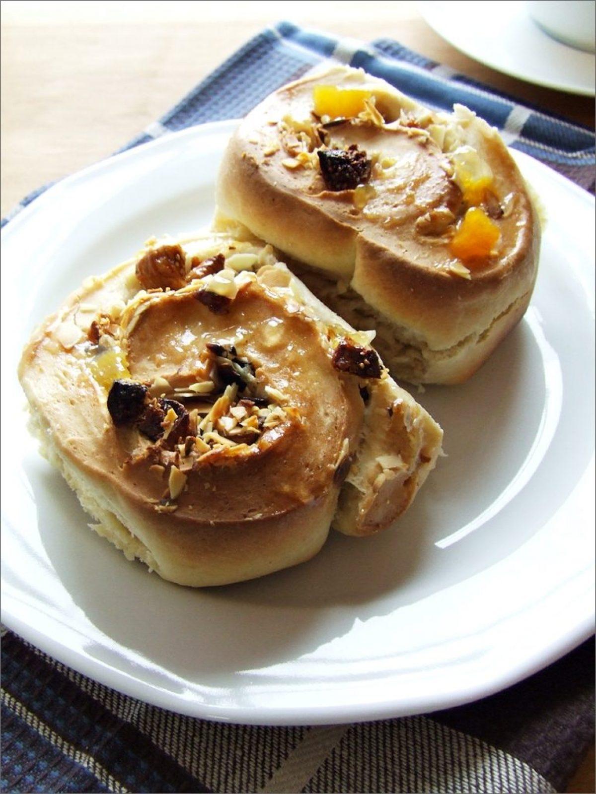Bułeczki z Chelsea na niedzielne śniadanie. Z migdałami i suszonymi figami