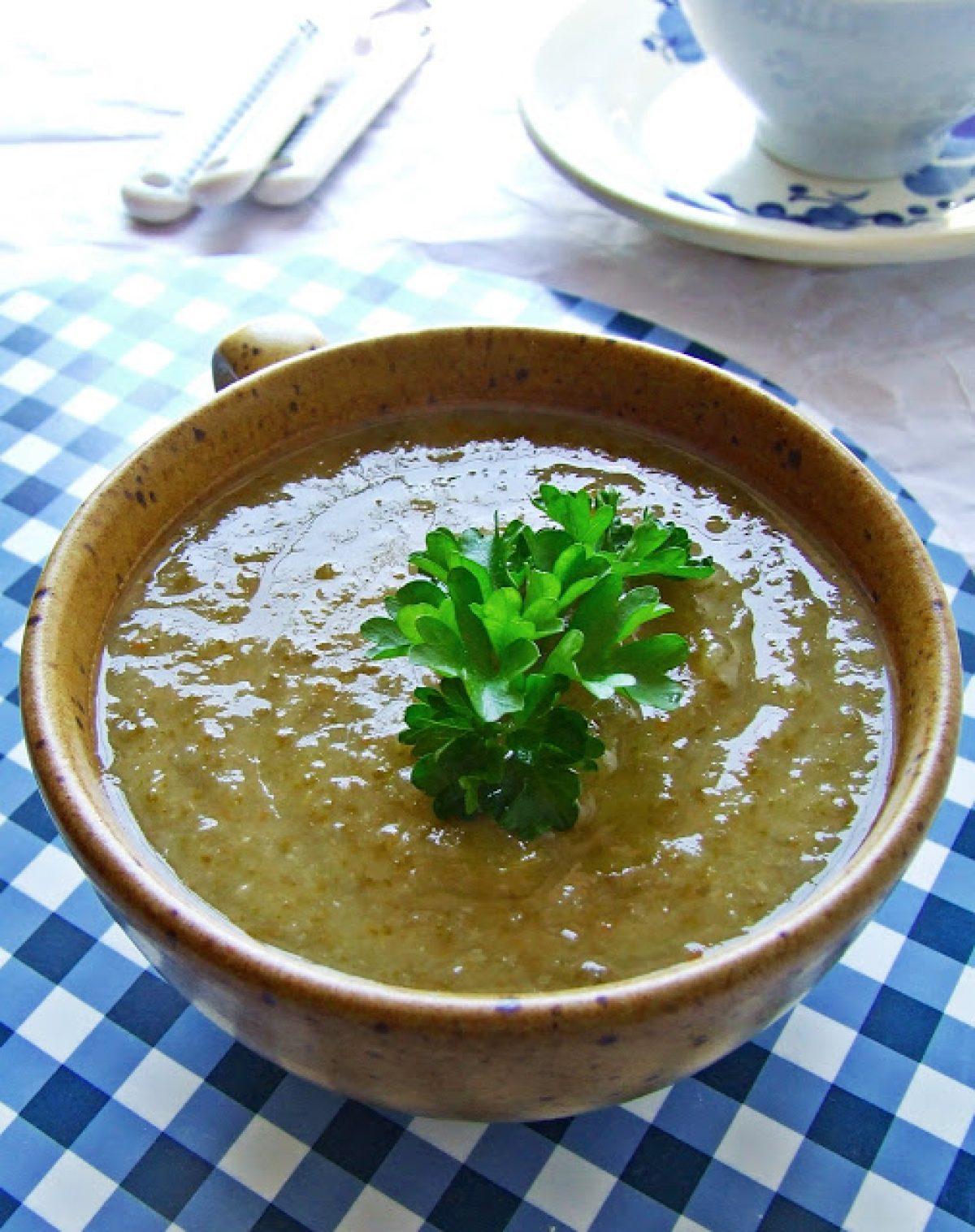 Wiosenna zupa z liśćmi rzodkiewki