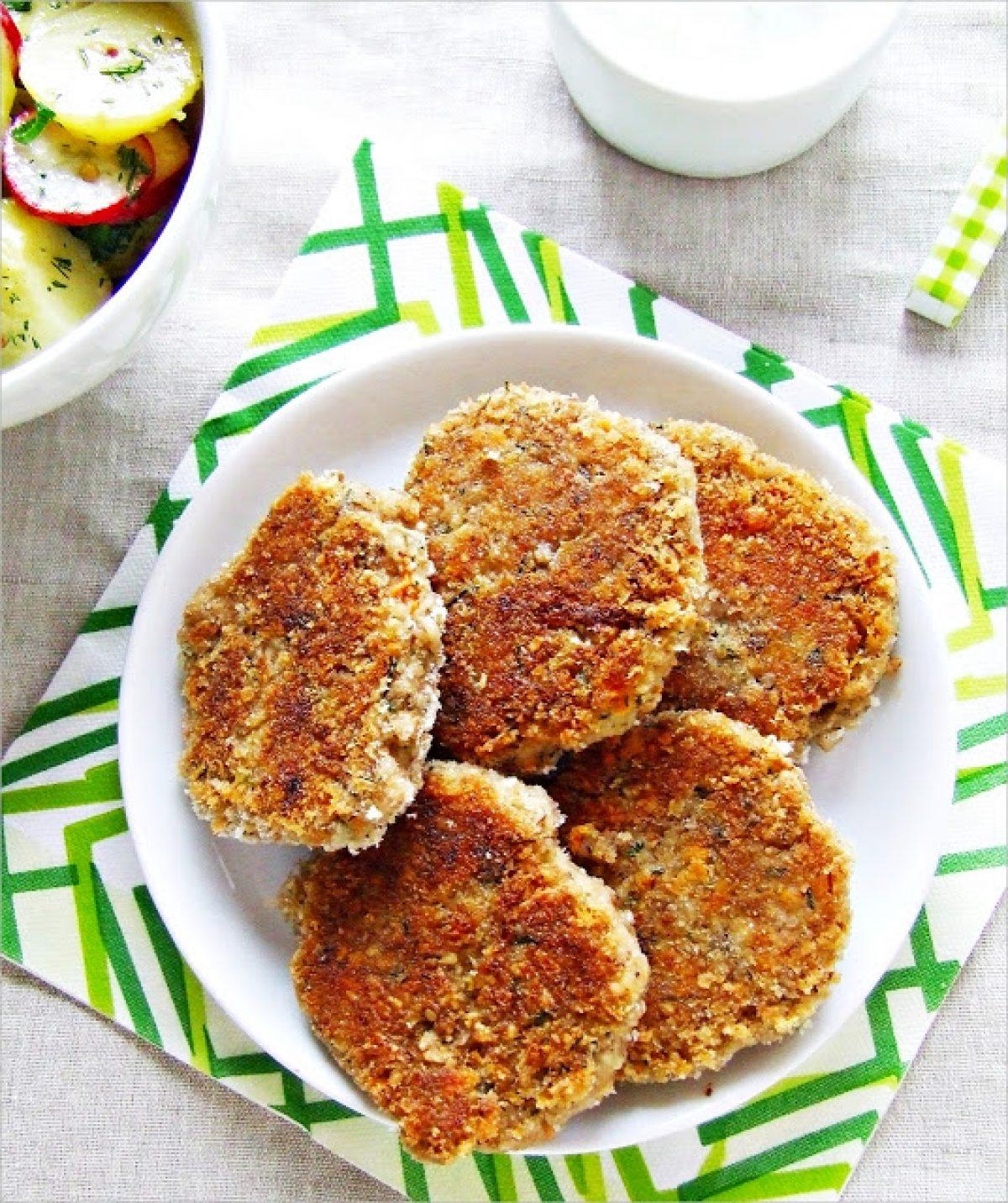 Kotleciki z pszenicy i orzechów z sałatką ziemniaczaną i tzatzikami