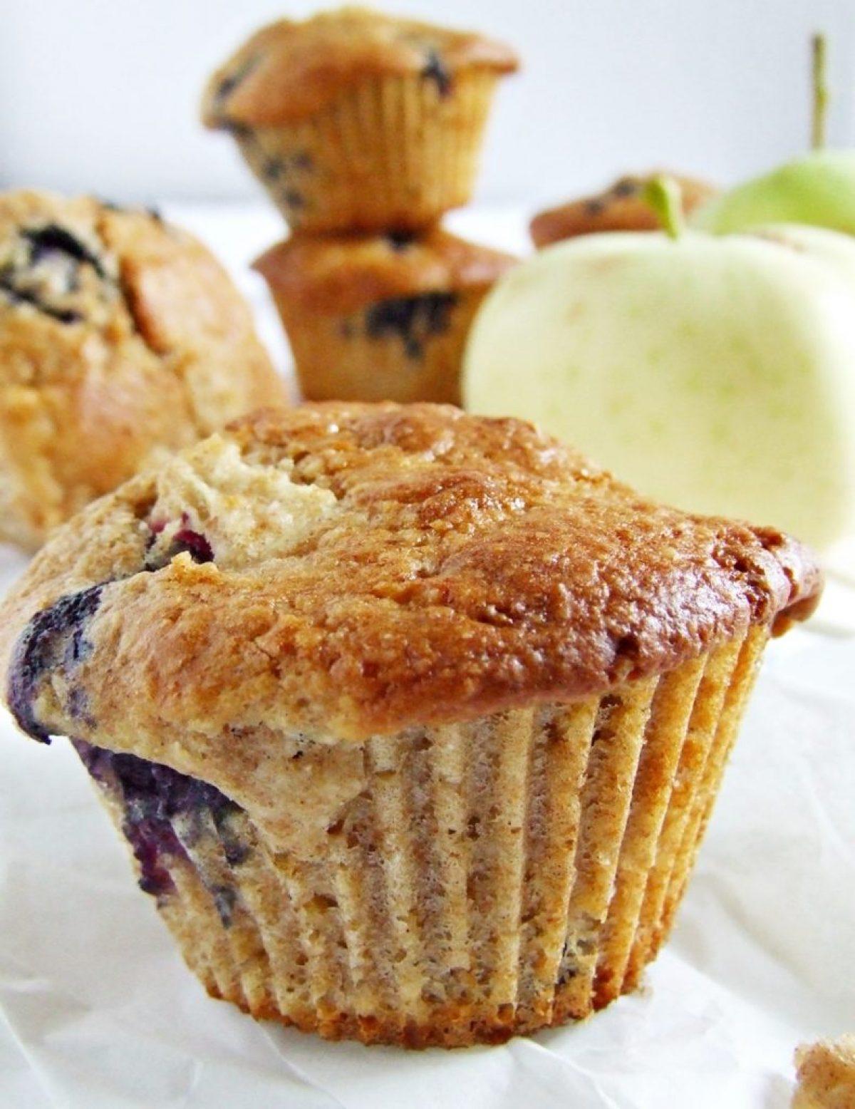 Muffinki orkiszowo-ryżowe z borówkami i papierówką