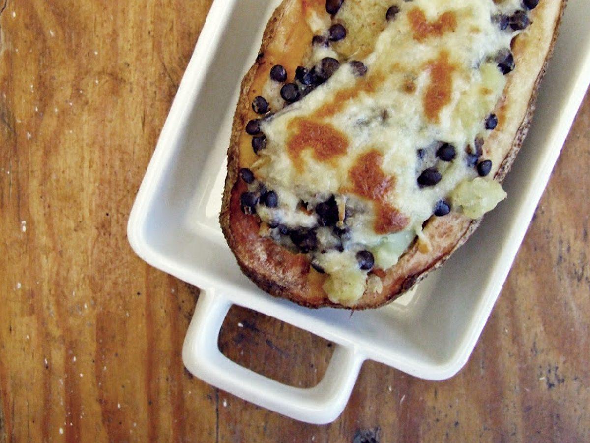 Pieczone ziemniaki nadziewane kalafiorem, mozarellą i czarną soczewicą (beluga)