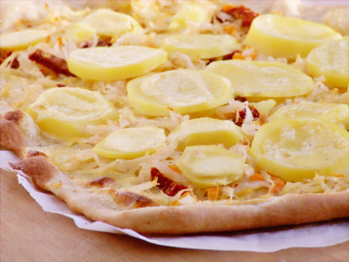 Pizza z kiszoną kapustą i ziemniakami z dodatkiem suszonych pomidorów