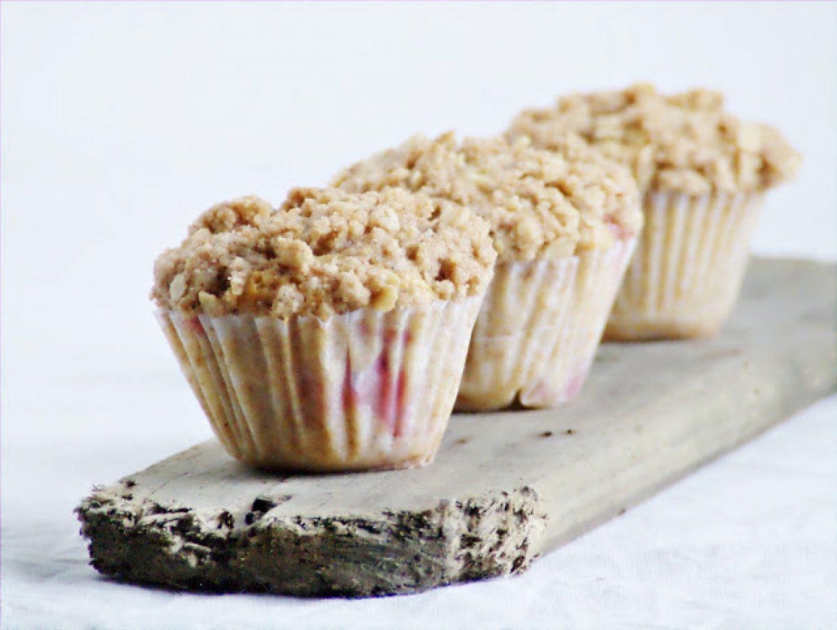 Razowe truskawkowe muffinki z cynamonową kruszonką