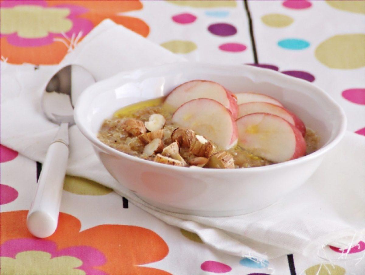 """""""Owsianka"""" z quinoa z musem figowym, jabłkami i orzechami"""