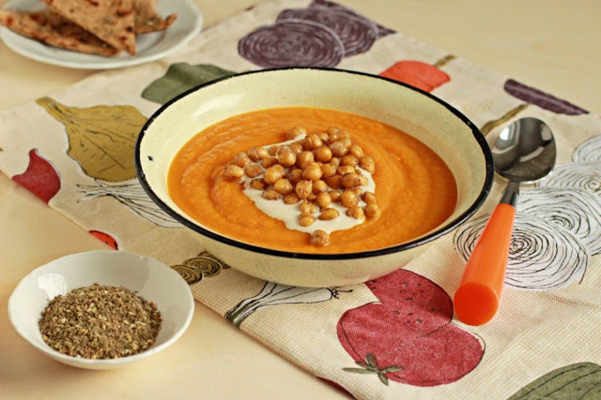 Krem z marchewki z pieczoną ciecierzycą i sosem
