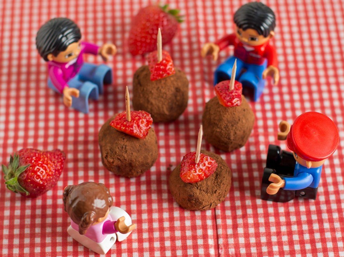 Kuleczki jaglane nadziewane truskawkami na Dzień Dziecka (bez glutenu i bez cukru)