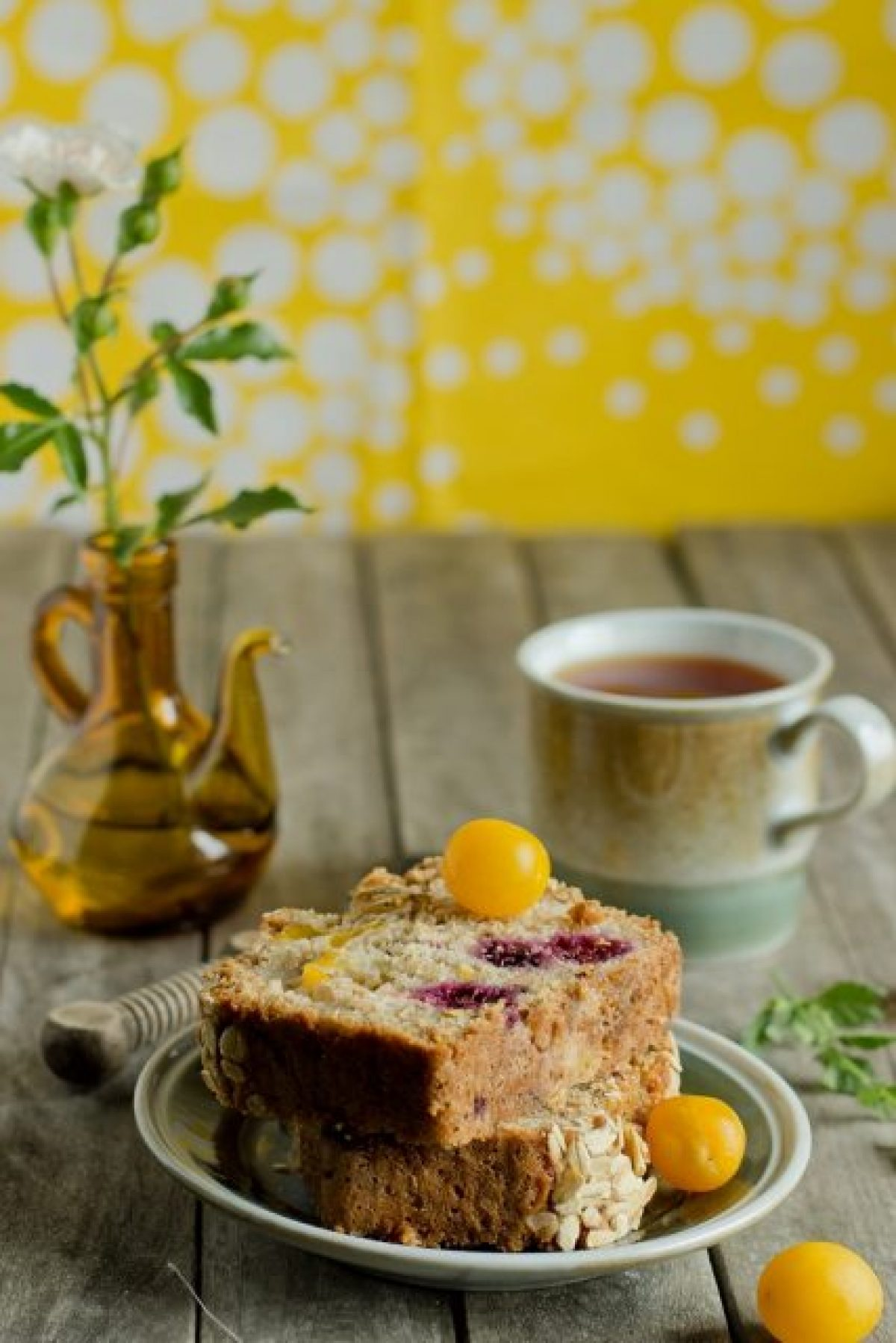 """Wegańskie ciasto z mirabelkami i jeżynami (i przepis na wegańską """"maślankę"""")"""