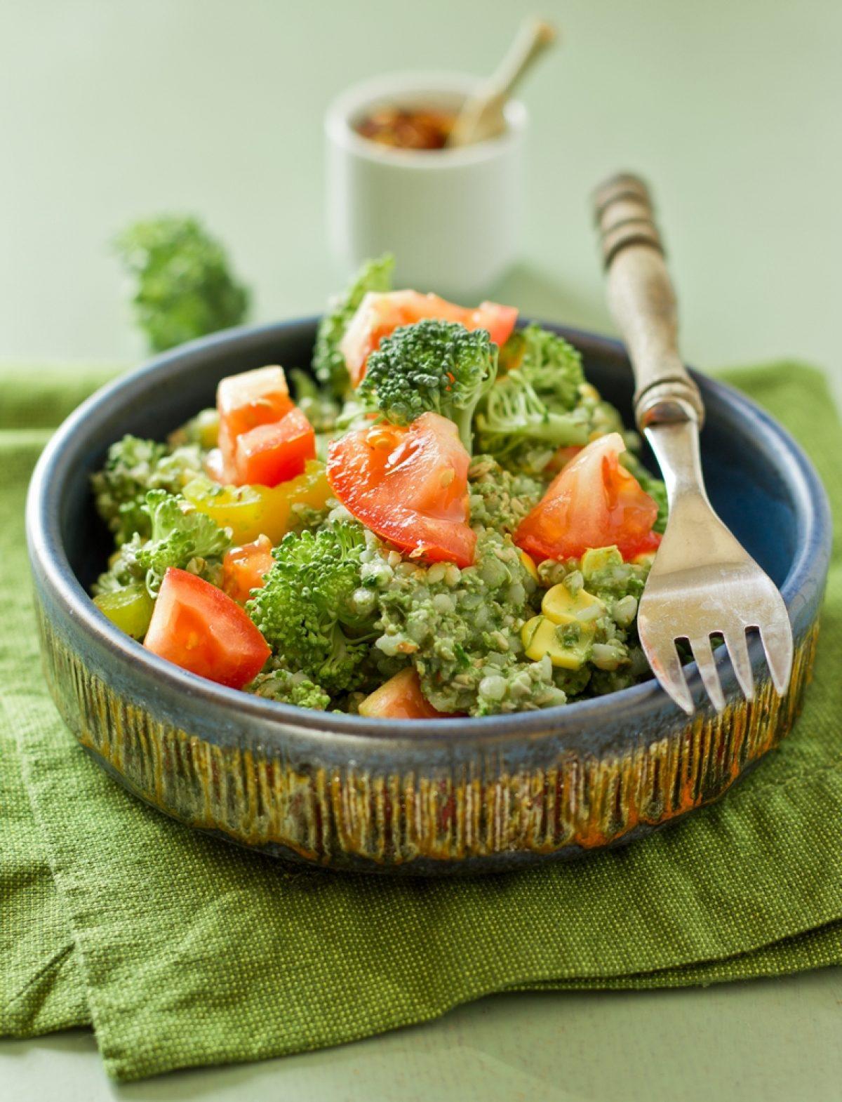 Sałatka z kaszy gryczanej i surowego brokuła z orzechowym sosem (wegańska, bez glutenu i bez tłuszczu)