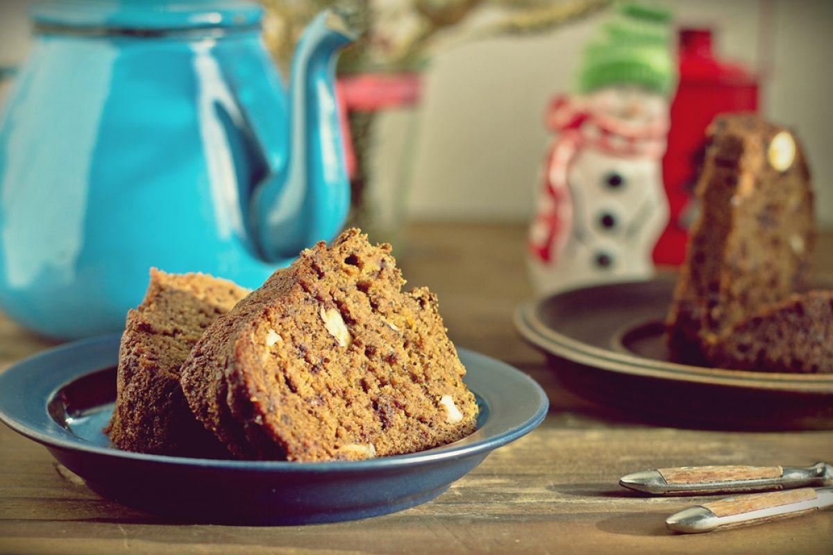 Pełnoziarnista wegańska babka z czekoladą i orzechami (bez cukru)