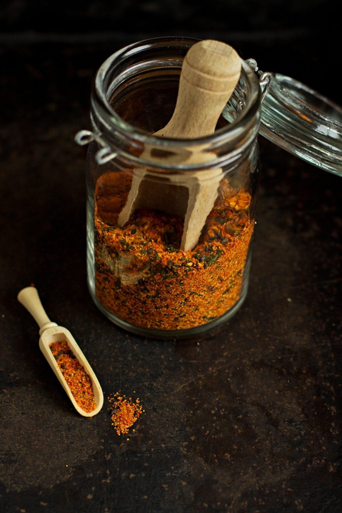 Krem z pieczonej marchwi z przyprawą togarashi (wegański)