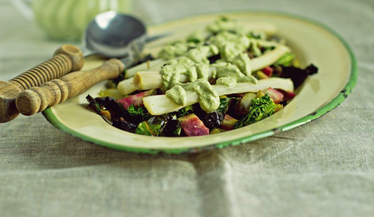 Skorzonera (wężymord) z orzechowym sosem i ciepłą sałatką z liści.