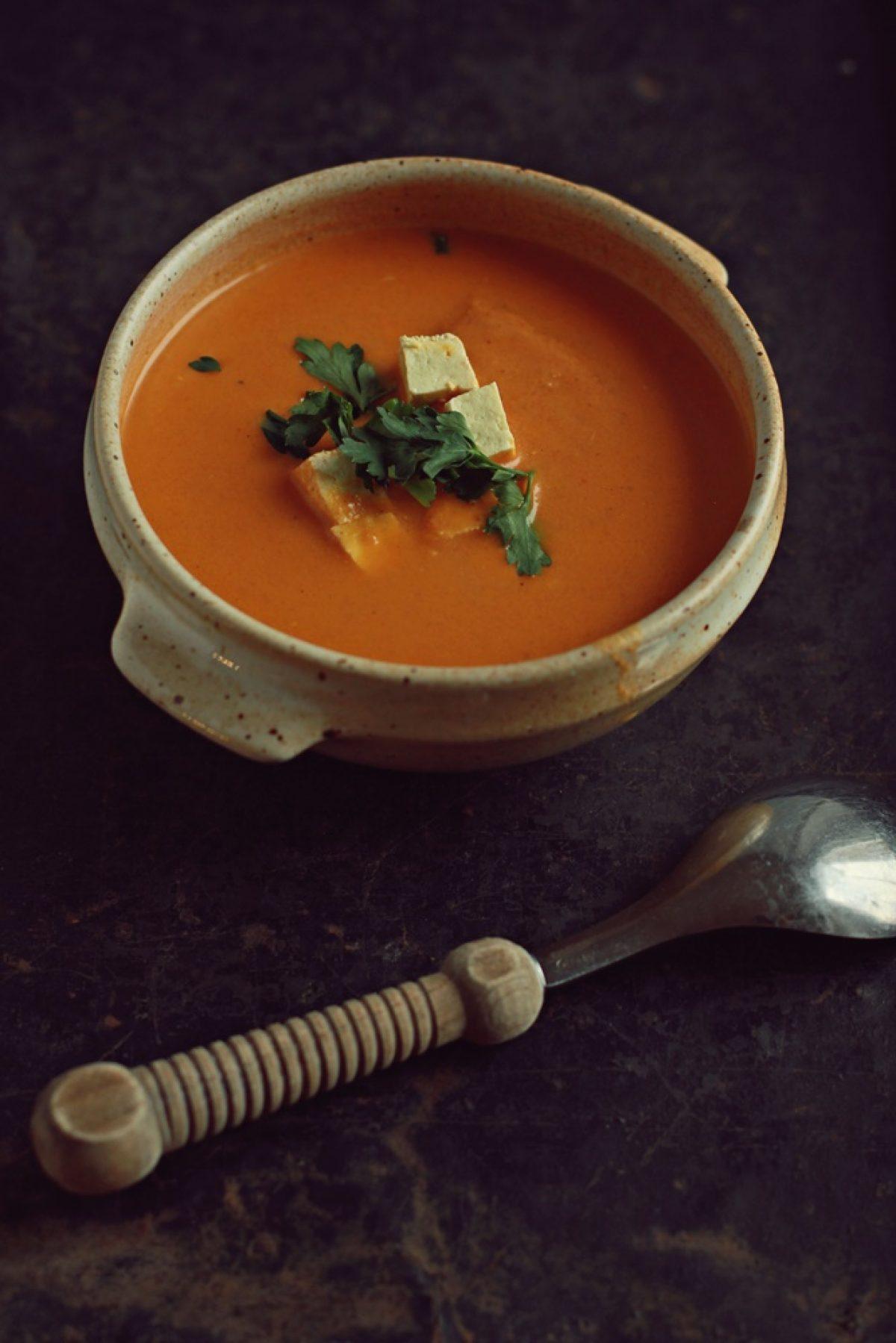Pikantna zupa pomidorowa z mlekiem kokosowym i wędzonym tofu