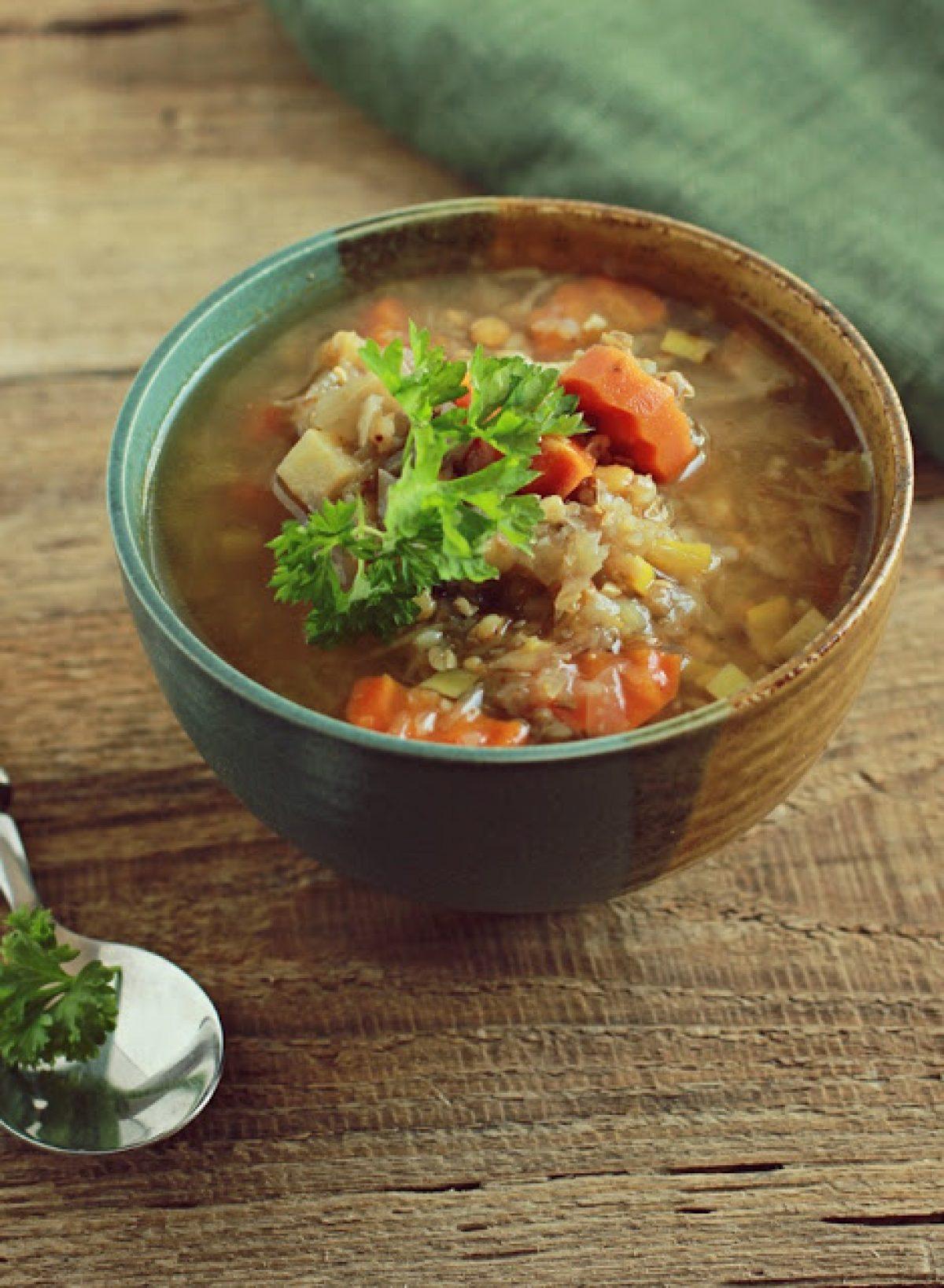 Pikantna zupa curry z kapustą, soczewicą i kaszą gryczaną