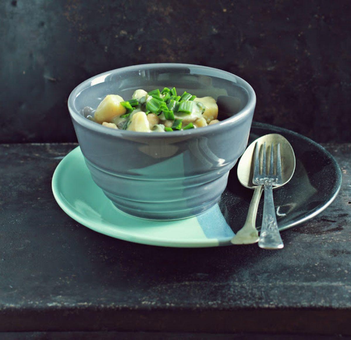 Wiosenne curry z ziemniaków ze szpinakiem, pieczarkami i ciecierzycą