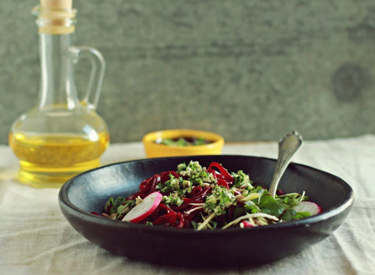 Wiosenna sałatka z botwinką, soczewicą i słonecznikową gremolatą oraz kilka słów o gadżetach kuchennych :-)