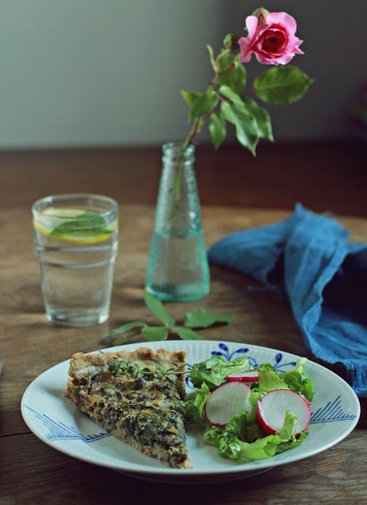 Pełnoziarnista, ziołowa tarta z bobem, botwinką i bryndzą