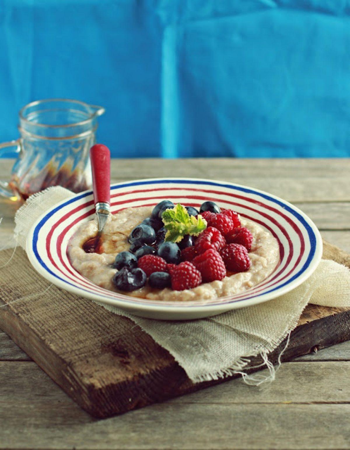 Orkiszowa kaszka manna z owocami – perfekcyjne śniadanie :-)