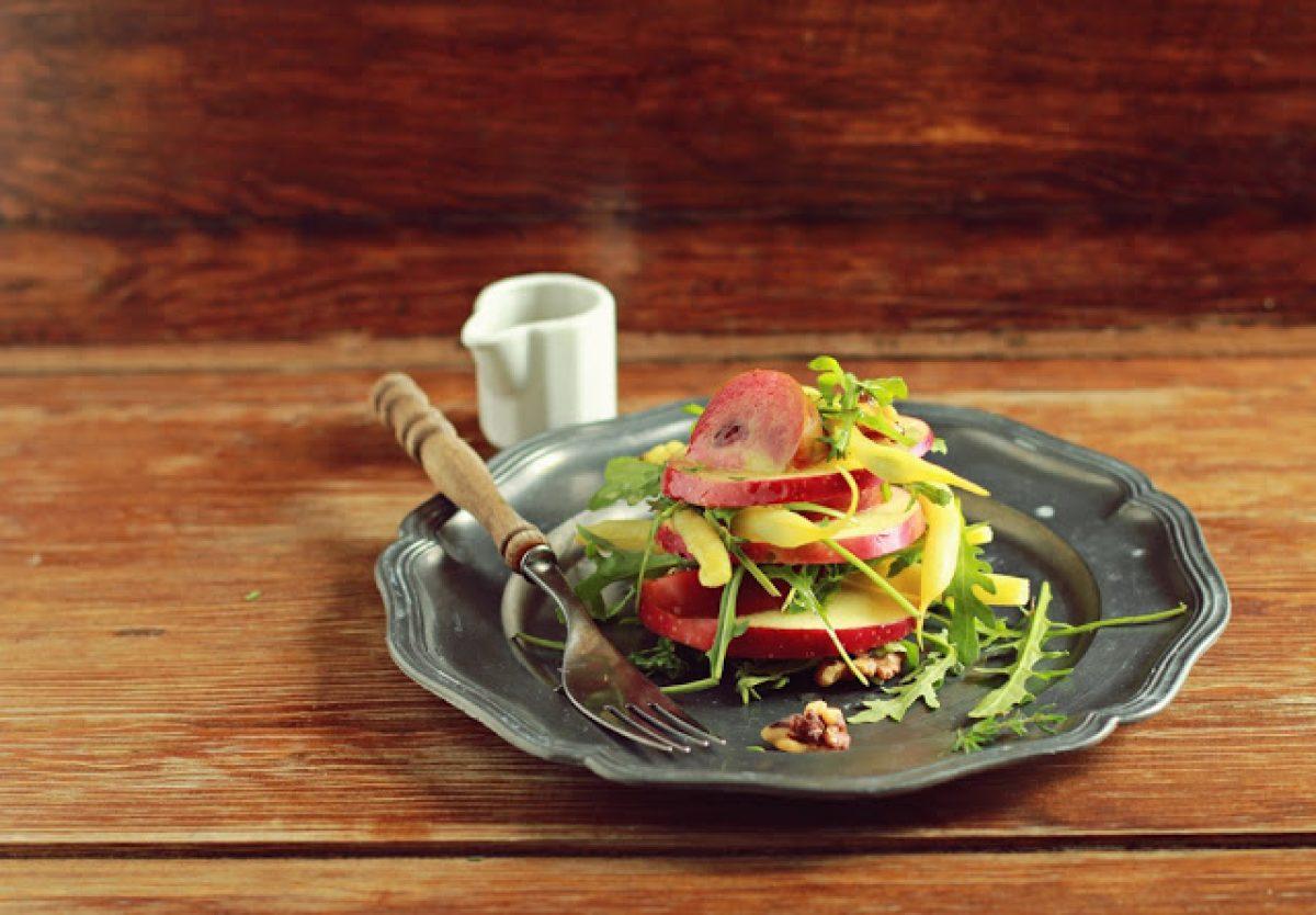 Ile kalorii ma prosta sałatka z jabłkiem? Przepis i rada jak je liczyć!