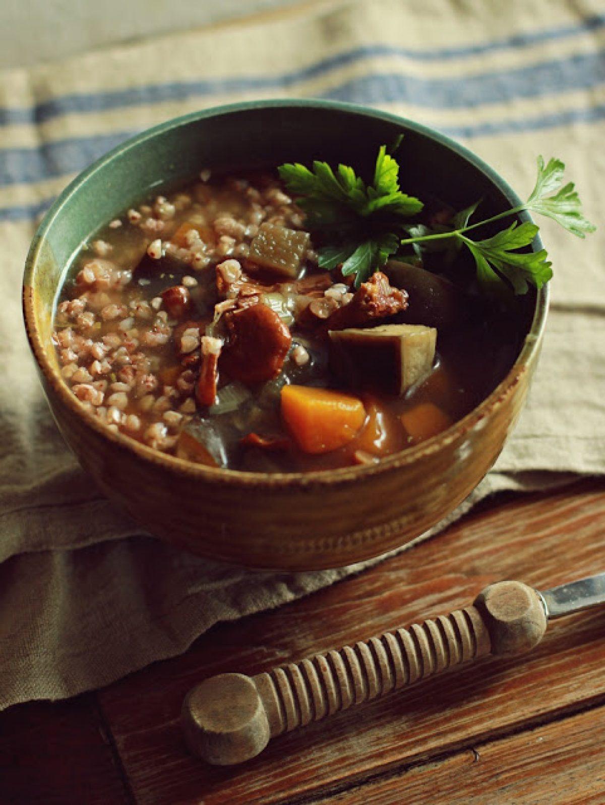 Zupa z kurkami, kaszą gryczaną i wędzoną śliwką