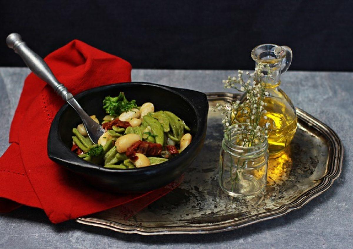 Makaron z fasolą, jarmużem i suszonymi pomidorami – obiad w 15 minut!