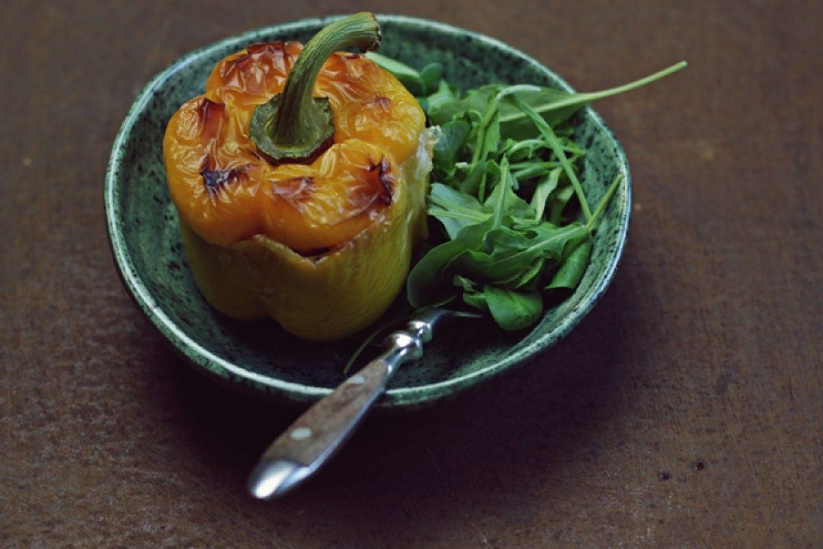 Papryka nadziewana warzywami, soczewicą i pęczakiem.