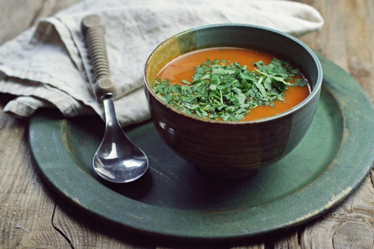 Zupa dyniowa z fasolą i warzywami. Komu porcję na rozgrzewkę?