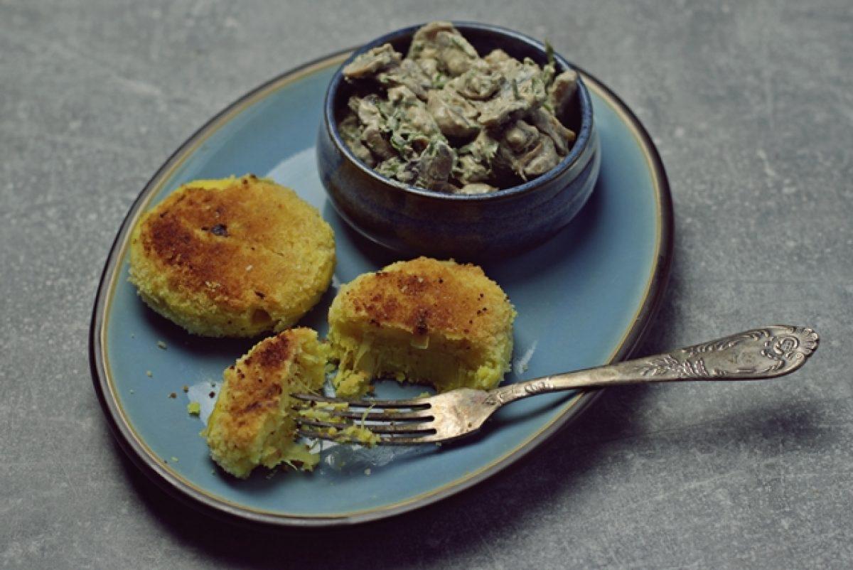 Kotlety ziemniaczane z kiszoną kapustą. I przepyszny sos grzybowy! Zdrowy i prosty obiad.