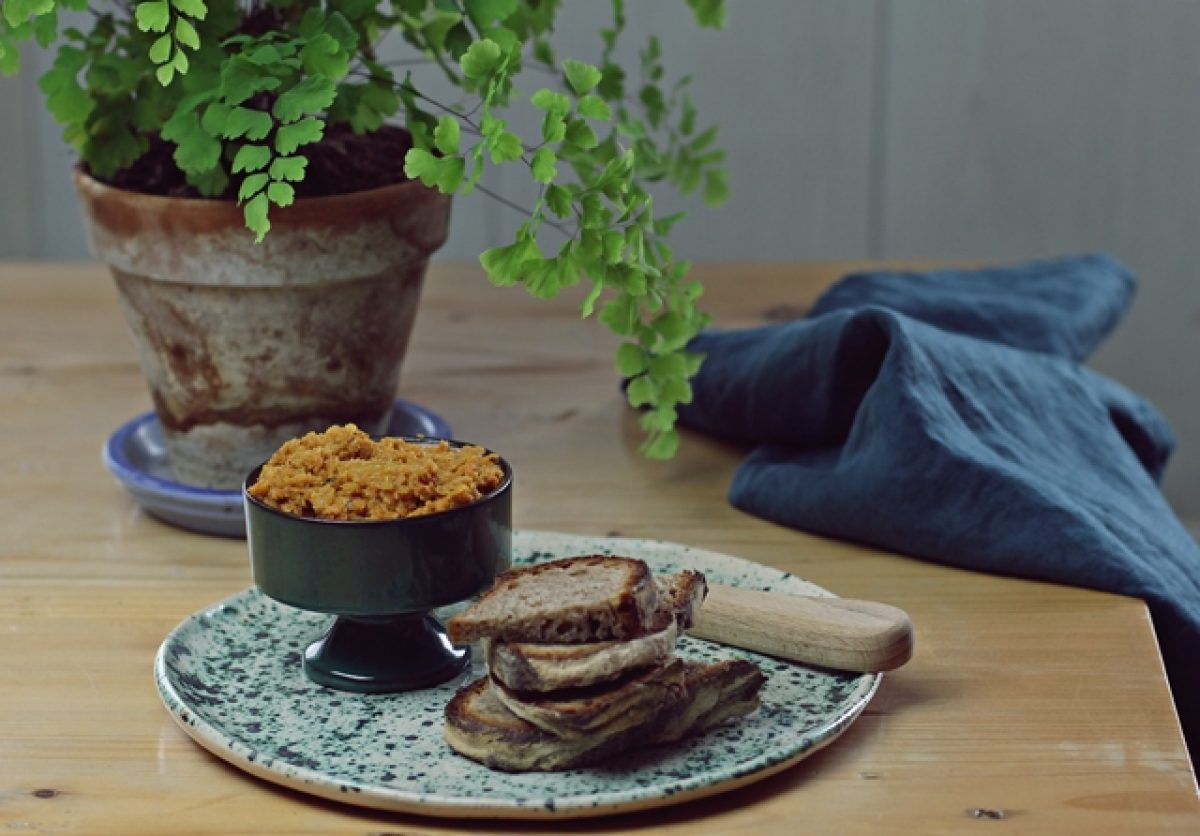 Pasta z selera i suszonych pomidorów. Nie jedz nudnych kanapek!