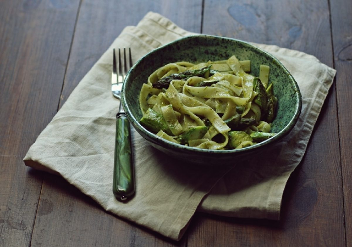 Makaron ze szparagami i pesto pietruszkowym. Obiad w 15 minut.