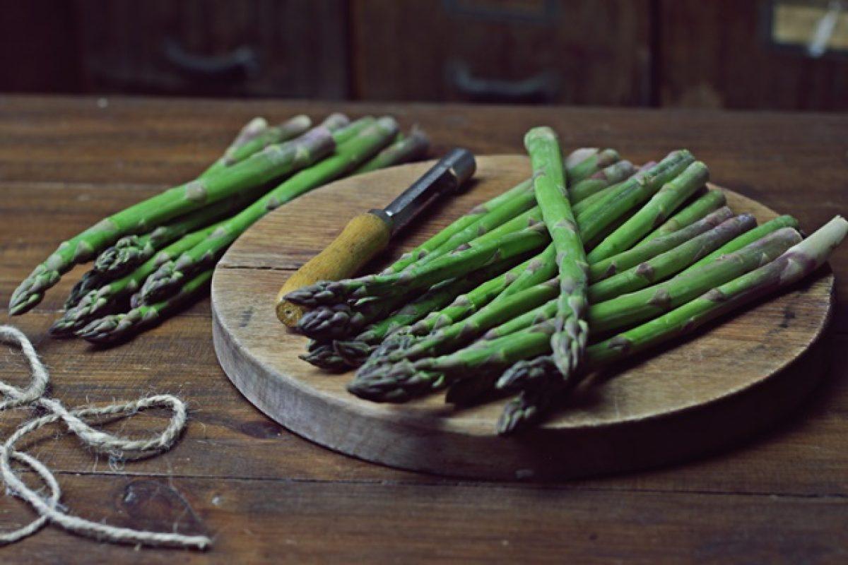 Zielone szparagi. 5 powodów, dla których warto je jeść.